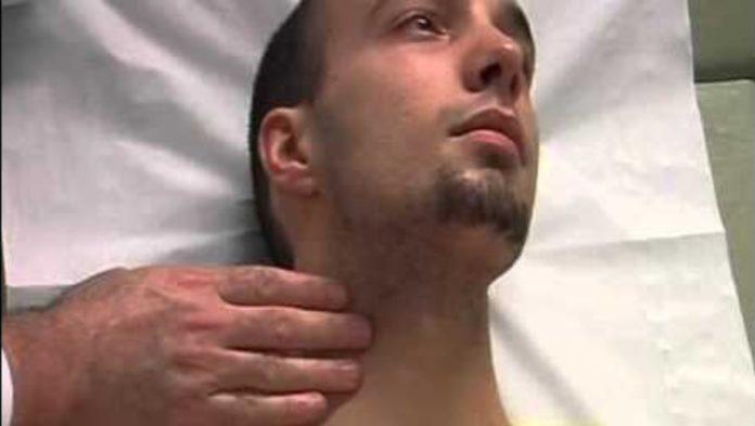 Le pouls carotidien se palpe mieux en position assise tète légèrement penchée vers le coté à examiner devant le muscle stemocléidomastoïdien sous l'angle mandibulaire.